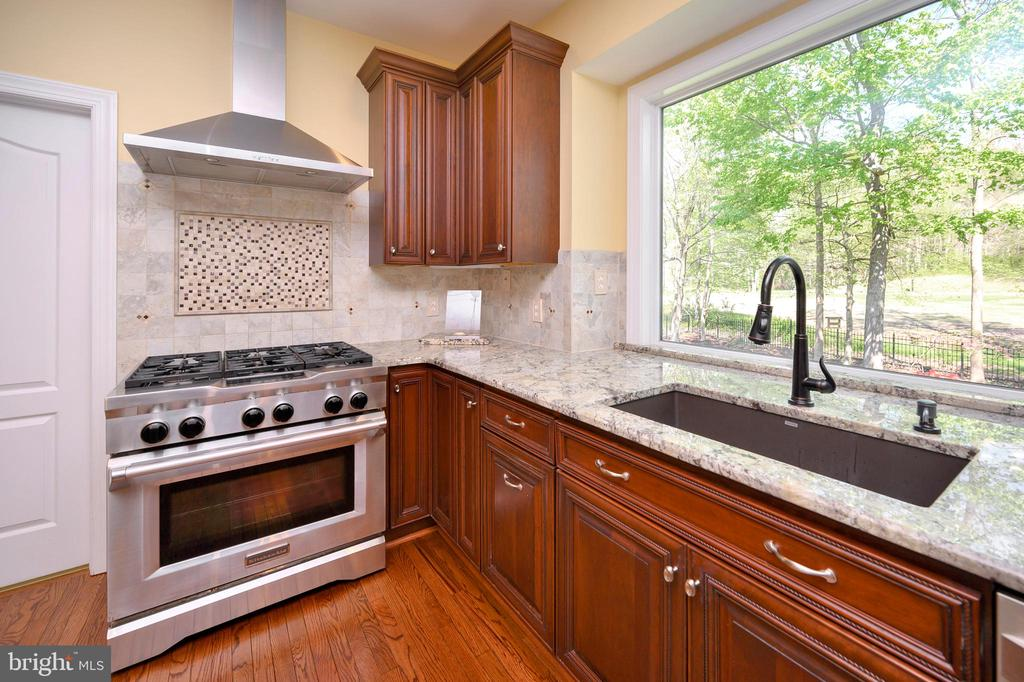 A nice view as you do those dishes deep sink - 42 LIGHTFOOT DR, STAFFORD