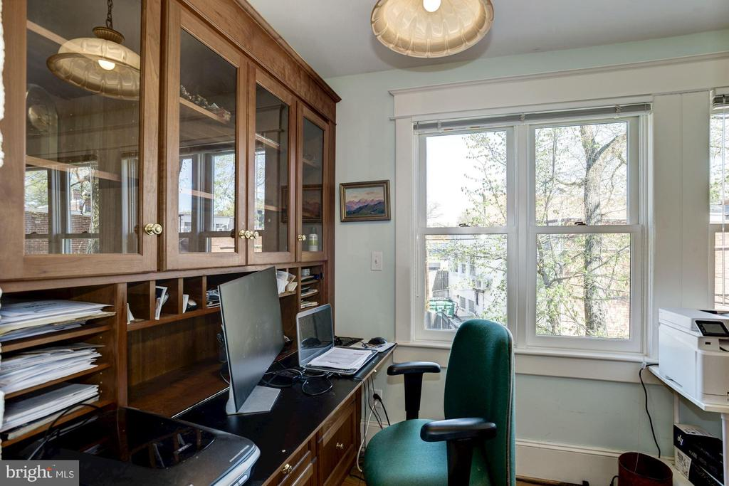 Office with custom built-in desks & bookcases - 3819 LIVINGSTON ST NW, WASHINGTON