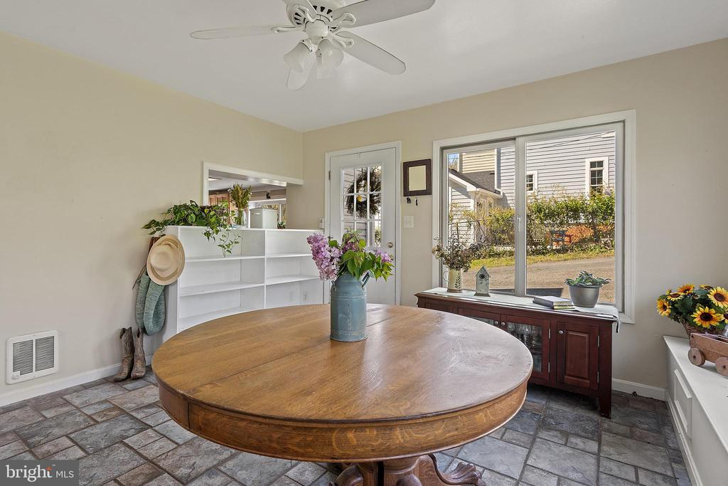 Family will love meals in this dining off kitchen. - 17350 DRY MILL RD, LEESBURG
