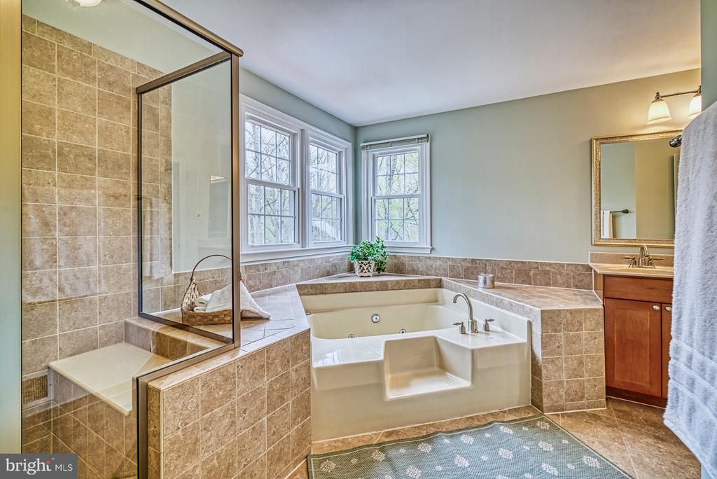 Roomy shower with seat - 12216 HEATHER WAY, HERNDON