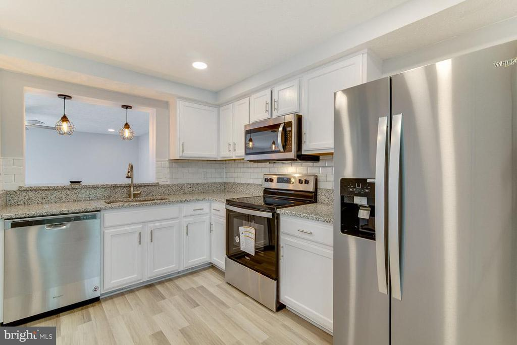 Kitchen with all new stainless steel appliances - 4727 HEDRICK LN, WOODBRIDGE