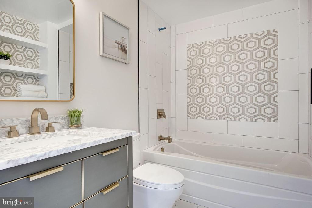 Guest Bath - 802 10TH ST NE #2, WASHINGTON