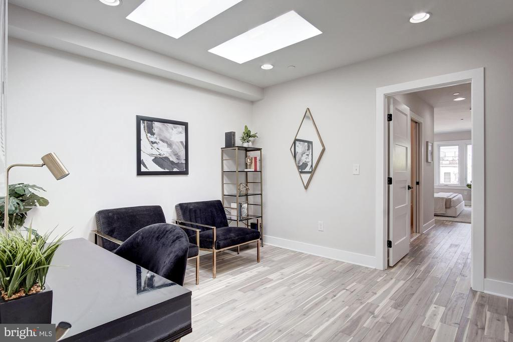 Den with 2 oversized Skylights - 802 10TH ST NE #2, WASHINGTON