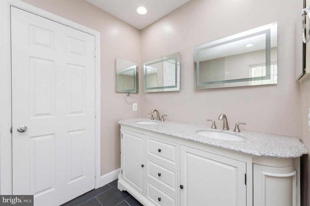 Master Bath - large custom vanity - 5408 GREEN GLEN LN, ALEXANDRIA