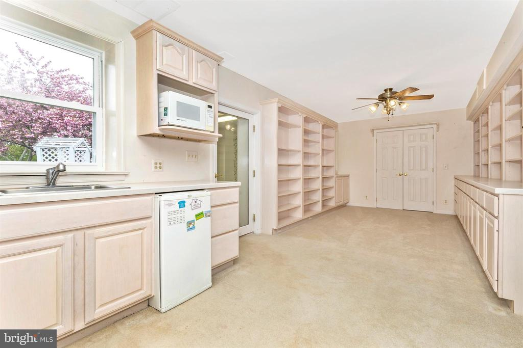 Lower level kitchenette, storage and door to patio - 2388 MERCER CT, JEFFERSON