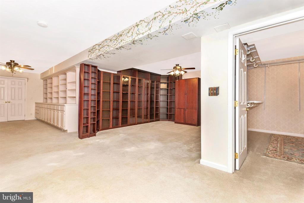 Lower level office w/ plenty of storage - 2388 MERCER CT, JEFFERSON