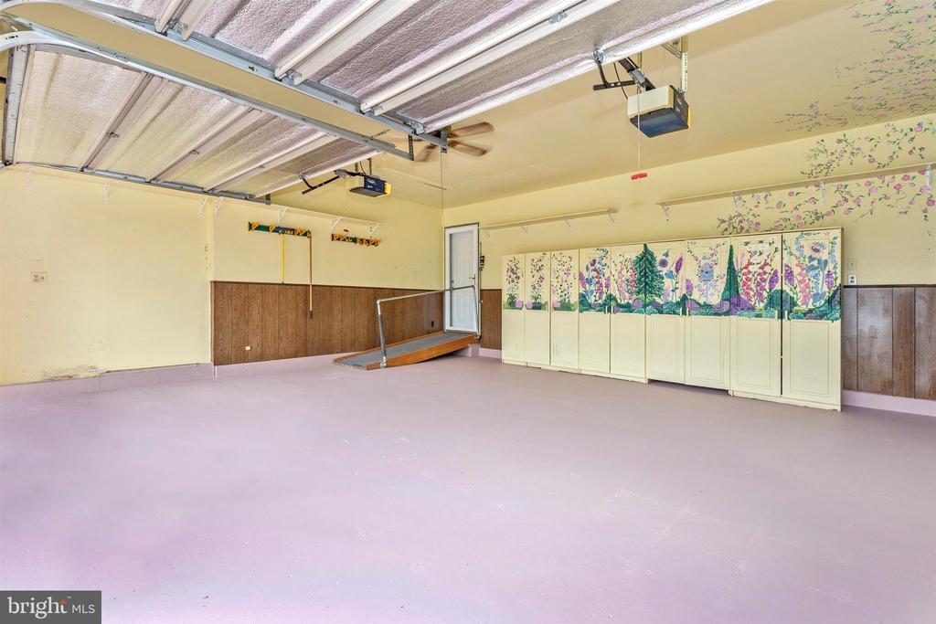 Pretty garage w/ hand painted storage cabinets! - 2388 MERCER CT, JEFFERSON