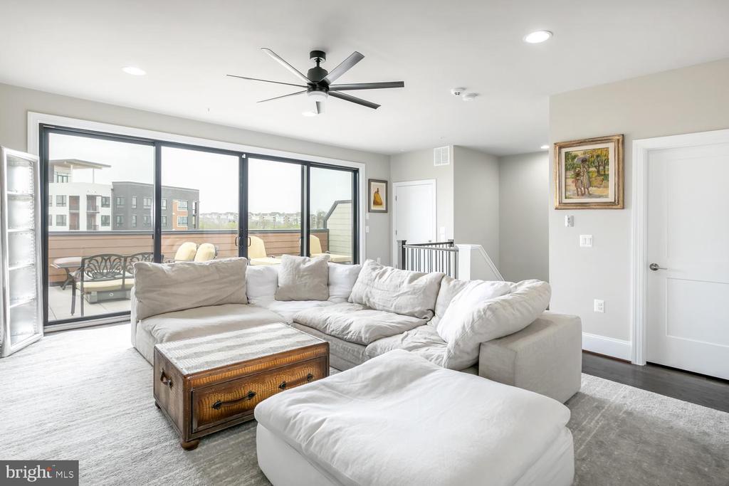 Loft Living plus Private Terrace, Upper Level 3 - 44665 BRUSHTON TER, ASHBURN