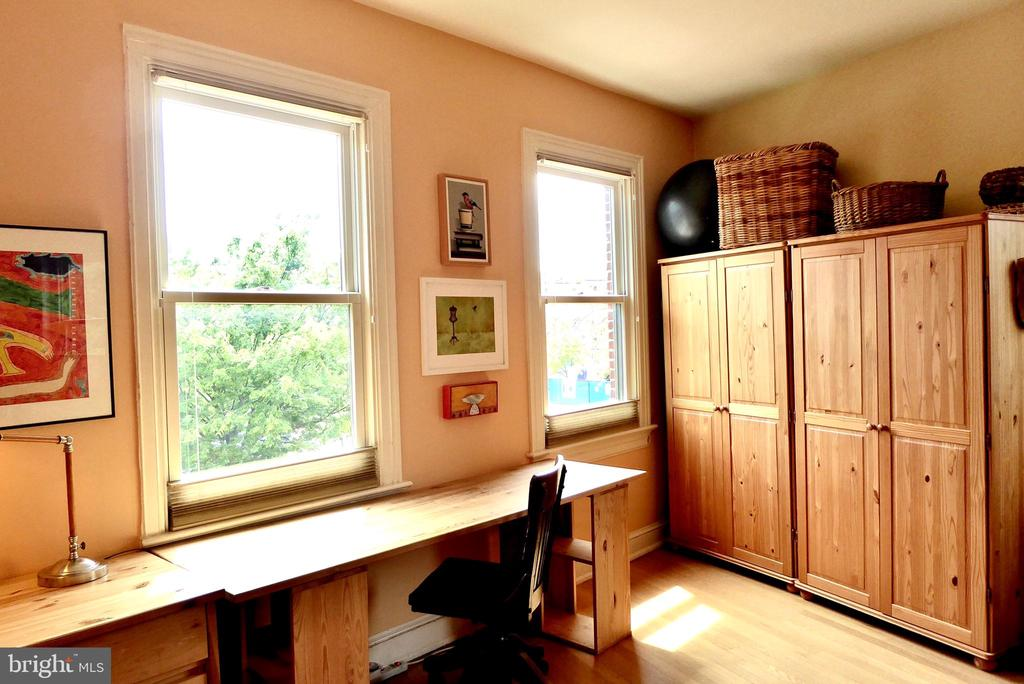 Lots of space & sunlight  in this Southfacing room - 900 SOUTH CAROLINA AVE SE, WASHINGTON