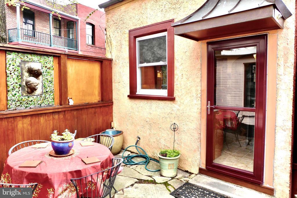 A  spacious entertaining patio - 900 SOUTH CAROLINA AVE SE, WASHINGTON