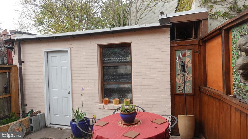 Secluded rear patio near the herb garden - 900 SOUTH CAROLINA AVE SE, WASHINGTON