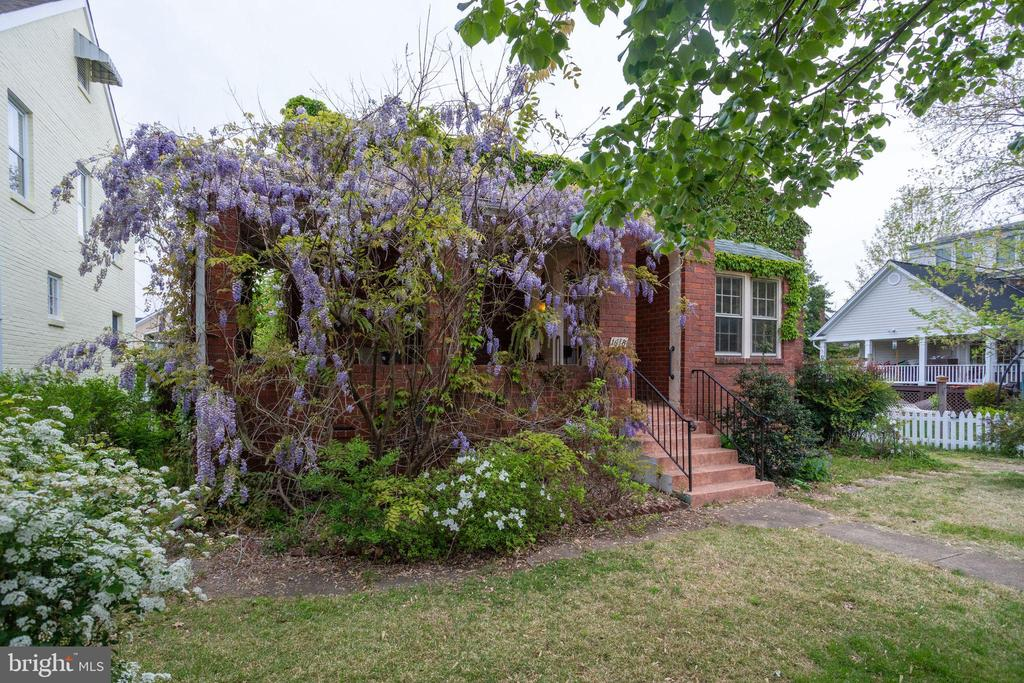 So much charm in this brick bungalow - 1618 N DANVILLE ST, ARLINGTON