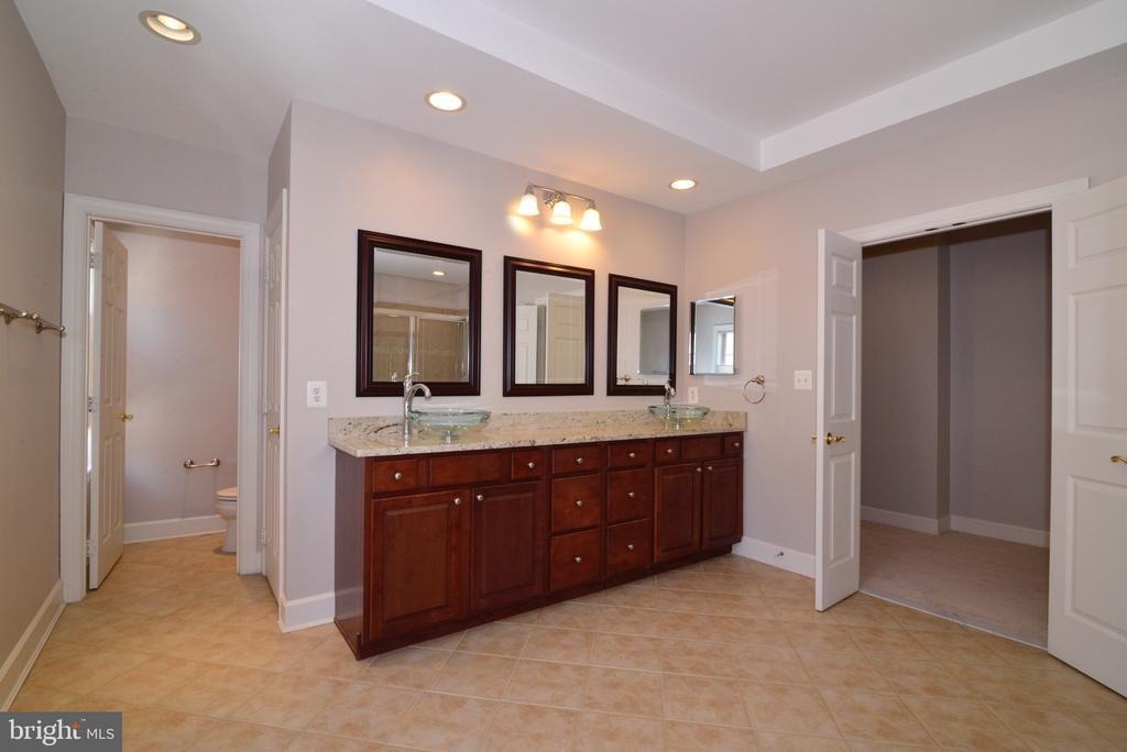 Dual Sink Vanity and Separate Water Closet. - 18229 CYPRESS POINT TER, LEESBURG