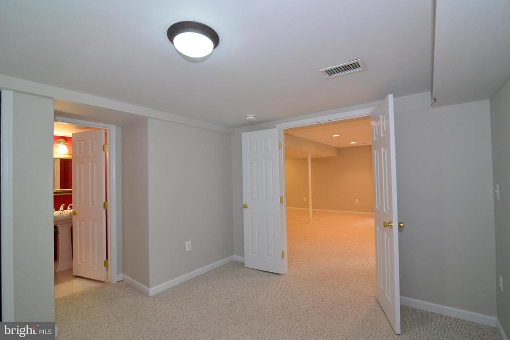 Bedroom #4 with attached Full Bath - 11612 OLD BROOKVILLE CT, RESTON