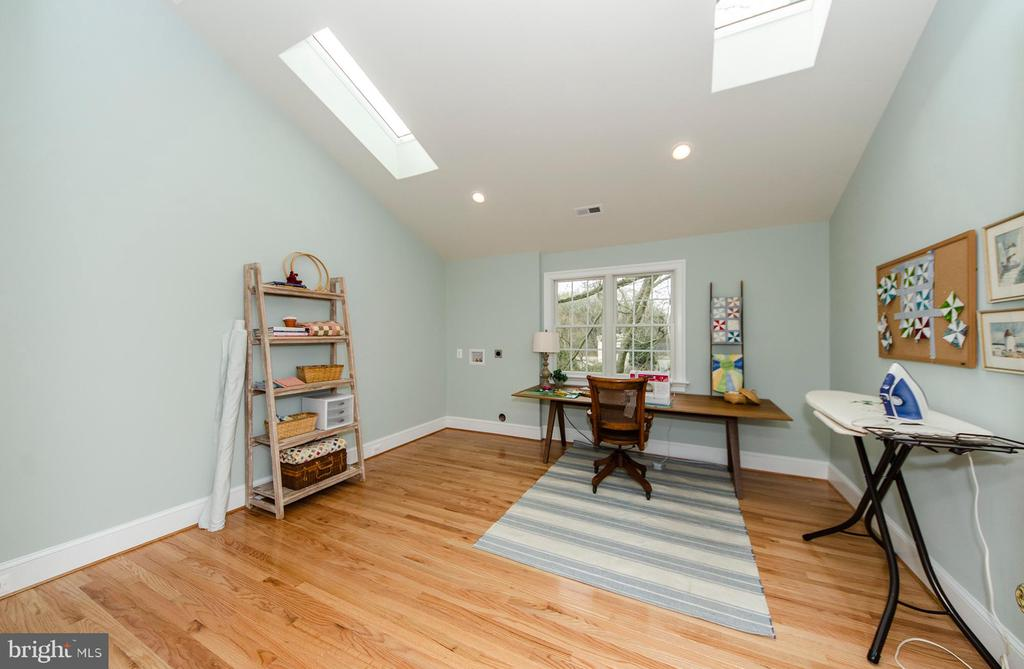 Laundry room with 2 skylights and W/D hook ups - 2700 BEECHWOOD PL, ARLINGTON