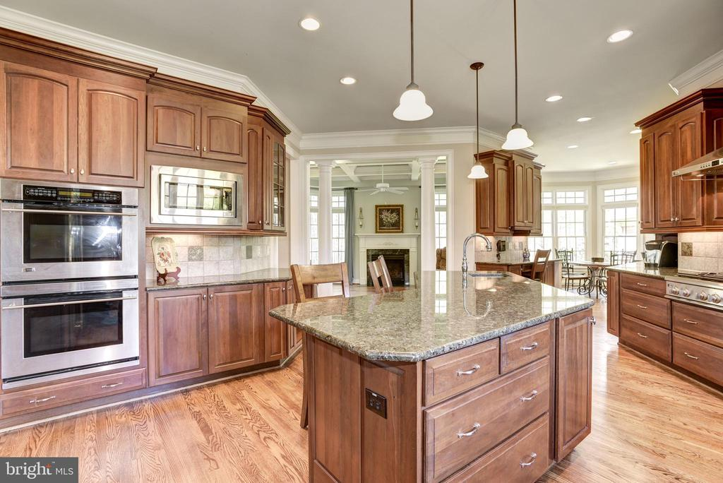 Kitchen with double ovens - 40989 GRENATA PRESERVE PL, LEESBURG