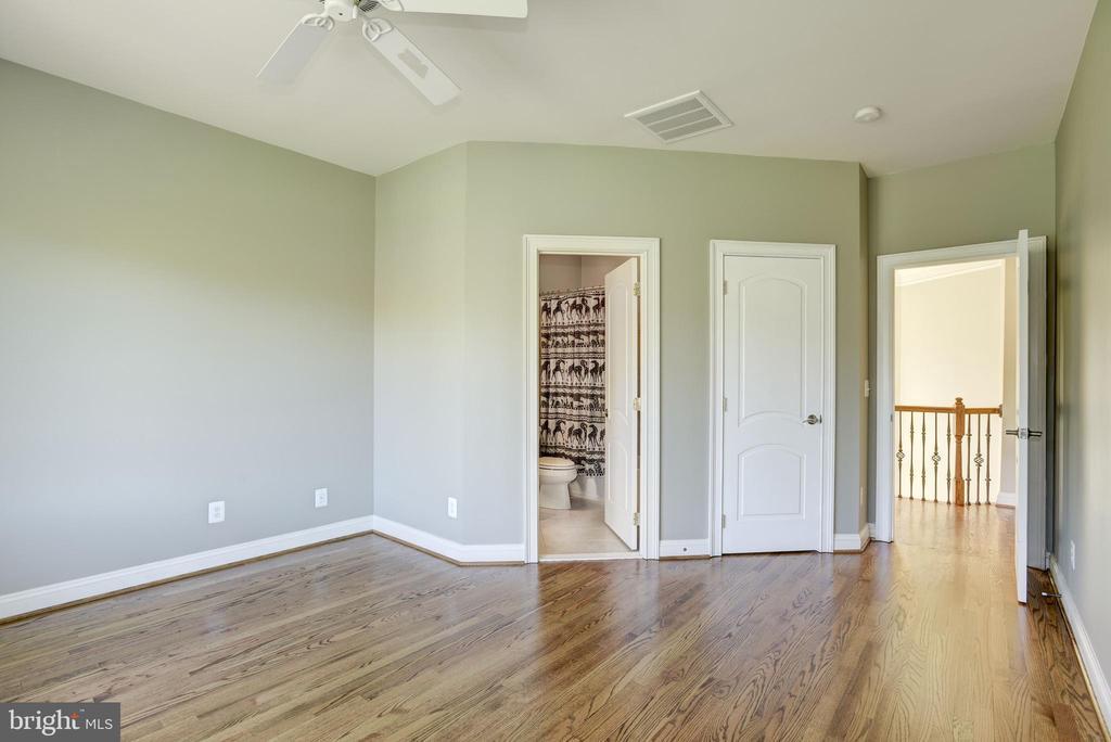 Bedroom #4 with walk in closet - 40989 GRENATA PRESERVE PL, LEESBURG