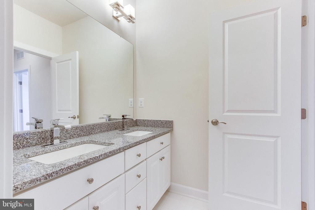 Hall bath has a double vanity ... - 3160 VIRGINIA BLUEBELL CT, FAIRFAX