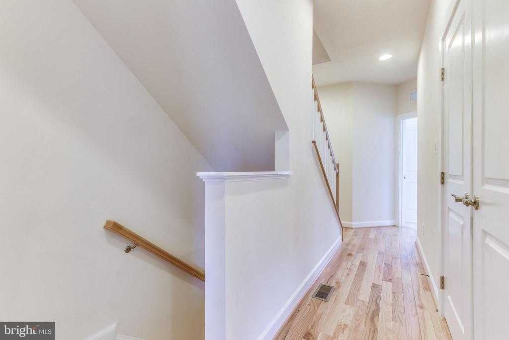 Bedroom level hallway. - 3160 VIRGINIA BLUEBELL CT, FAIRFAX