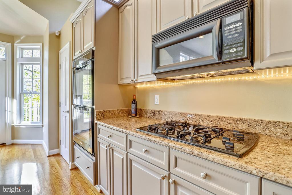 Gas Cooktop and 2 Wall Ovens for your 'Inner Chef' - 1911 LOGAN MANOR DR, RESTON