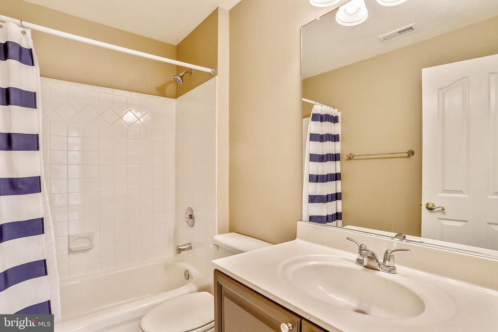 Hall Bath off of upper level hallway - 1911 LOGAN MANOR DR, RESTON