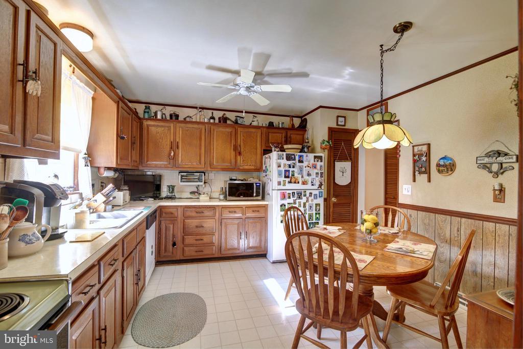Kitchen with Table Space - 14460 MILLTOWN RD, LOVETTSVILLE