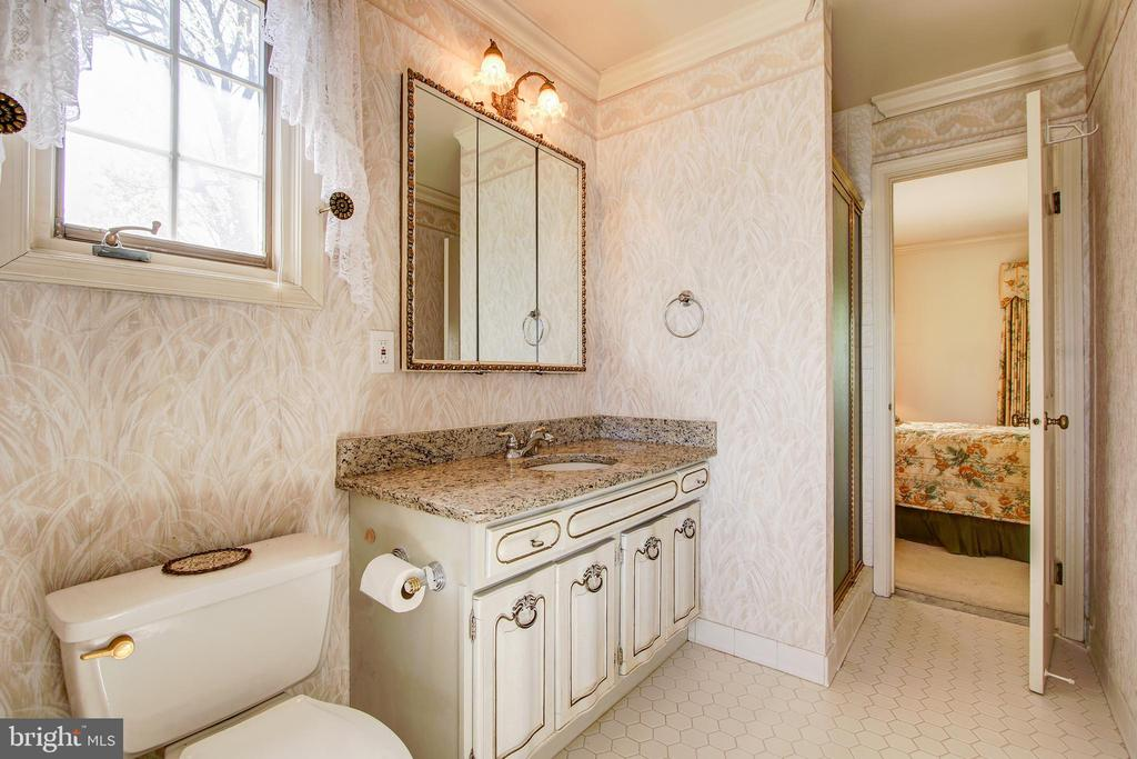 Jack and Jill Bath Connects 2nd and 3rd Bedrooms - 3905 BELLE RIVE TER, ALEXANDRIA
