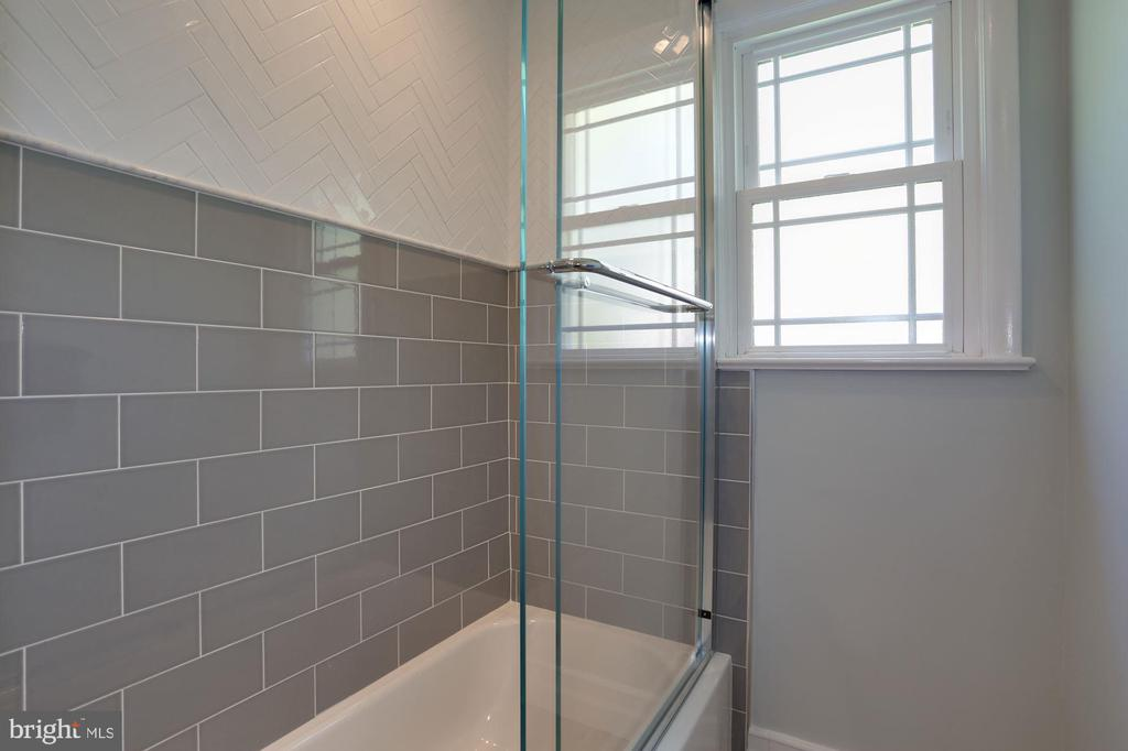 Beautiful Tilework in Shower/Tub - 3827 MILITARY RD, ARLINGTON