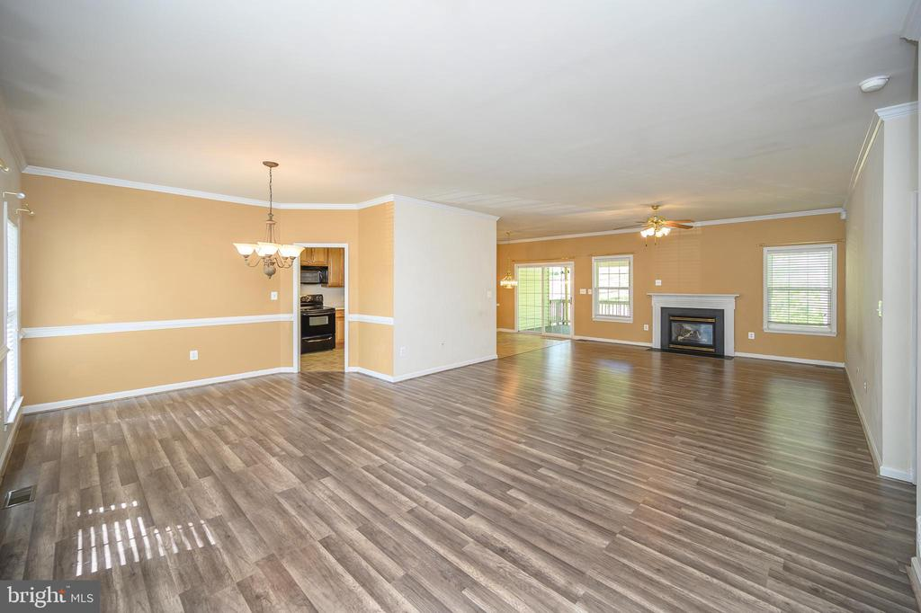 Bright, open floor plan perfect for entertaining - 412 BIRDIE RD, LOCUST GROVE