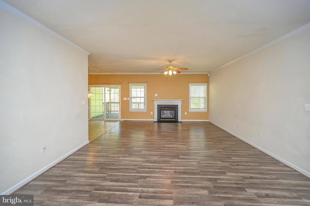 Great room with gas fireplace - 412 BIRDIE RD, LOCUST GROVE
