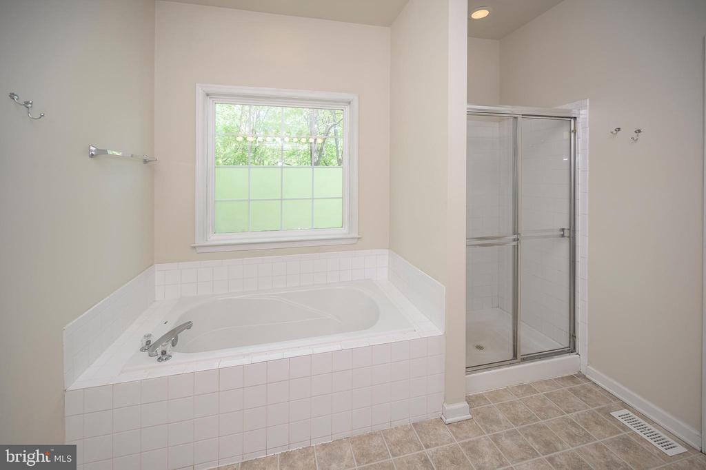 Soak away the day in the awesome soaking tub - 412 BIRDIE RD, LOCUST GROVE