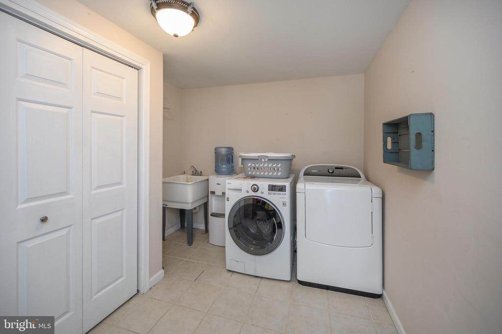 Laundry room with closet and utility sink - 118 CONFEDERATE CIR, LOCUST GROVE