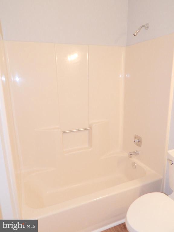 Hall bath one piece, easy-clean tub - 4 NORMAN CT, FREDERICKSBURG