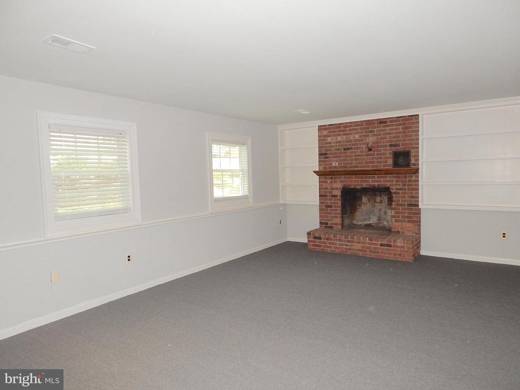 Brick fireplace, bookshelves, updated paint,carpet - 4 NORMAN CT, FREDERICKSBURG