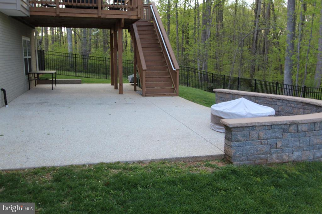 Seating around the firepit in the private backyard - 35 DONOVAN LN, STAFFORD