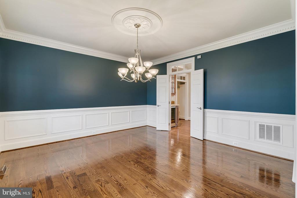 Dinning Room With Crown Molding and Chair Rail - 24020 LACEYS TAVERN CT, ALDIE
