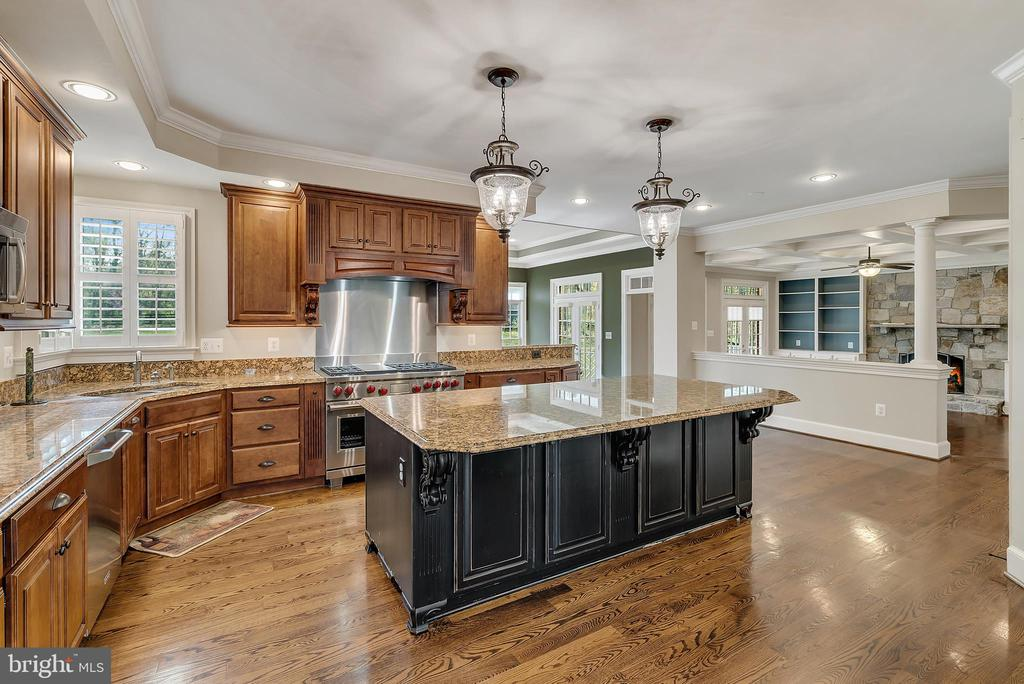 Kitchen w/Granite Counters and Large Island - 24020 LACEYS TAVERN CT, ALDIE
