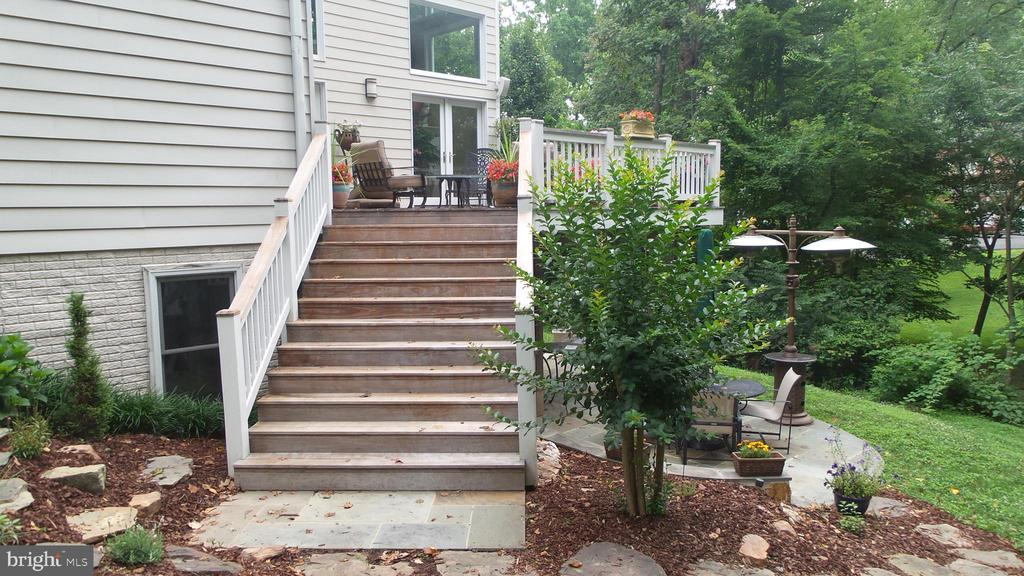 Sweeping stair case to lawn and patio - 10651 OAKTON RIDGE CT, OAKTON