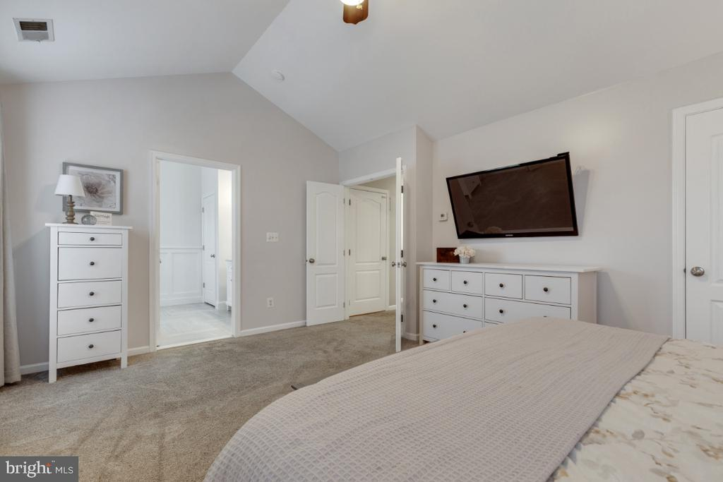 Master Bedroom Suite with Walk-in Closet - 43609 DUNHILL CUP SQ, ASHBURN