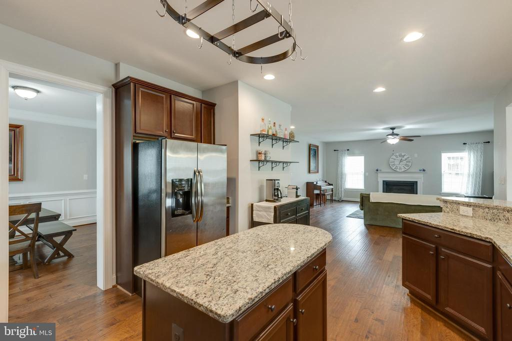 Kitchen to Family - open floor plan! - 25916 SYCAMORE GROVE PL, ALDIE