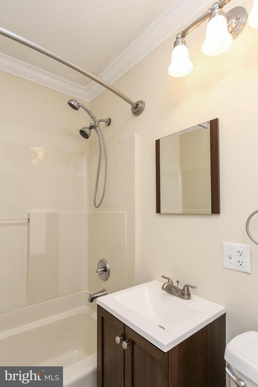 Hall full bath - 275 PINOAK LN, FREDERICK