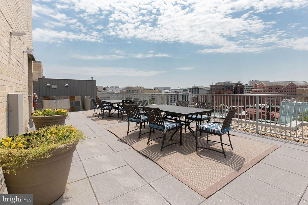 Shared Open Rooftop Deck w/ Ample Seating - 1711 MASSACHUSETTS AVE NW #214, WASHINGTON