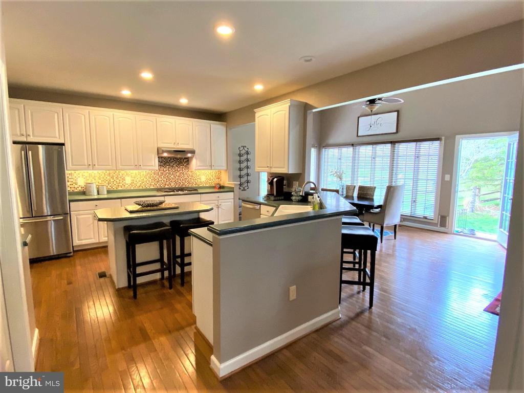 Open style kitchen with elbow room! - 17720 CRICKET HILL DR, GERMANTOWN