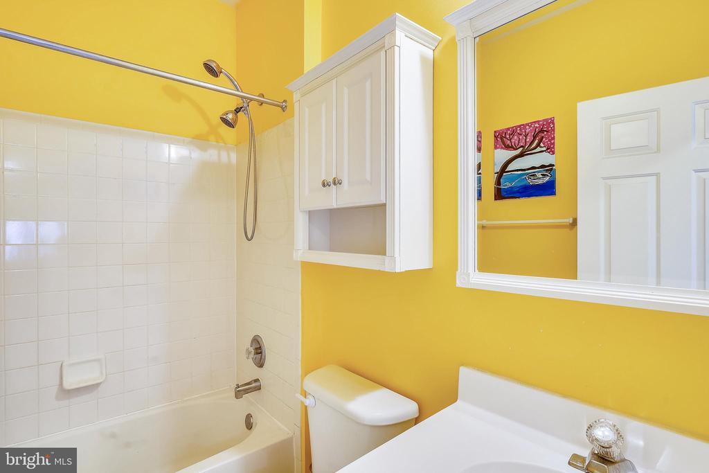 2nd Full Bath - off Hallway. - 17720 CRICKET HILL DR, GERMANTOWN