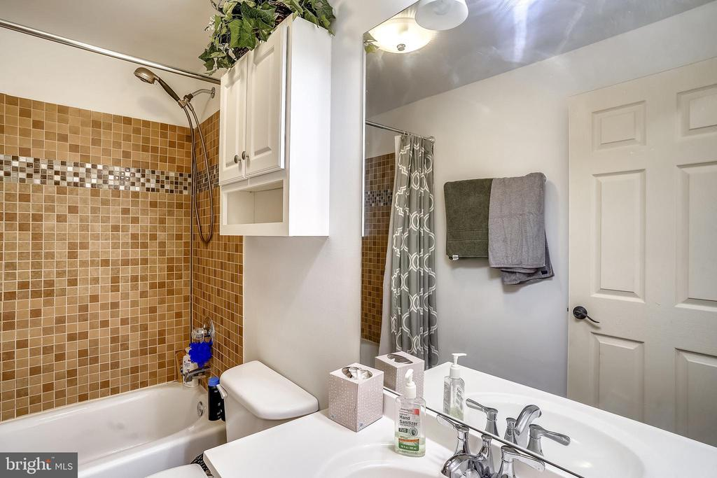 Full Bath w/ Shower in Lower Level - 17720 CRICKET HILL DR, GERMANTOWN