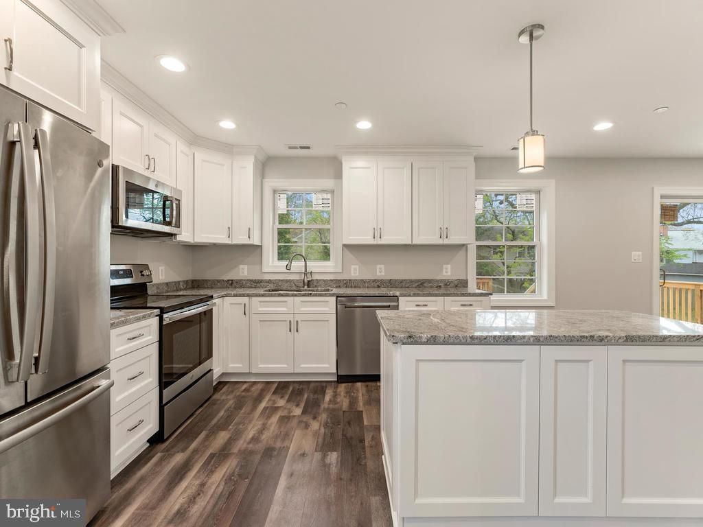 Gourmet kitchen with stainless steel appliances - 1211 BARBUD LN, ANNAPOLIS