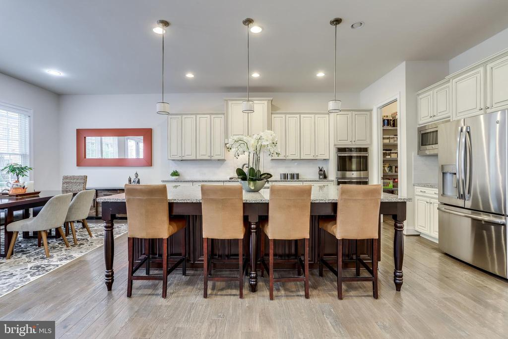 Oversized island, perfect for gathering - 1381 BISHOP CREST CT, ALEXANDRIA