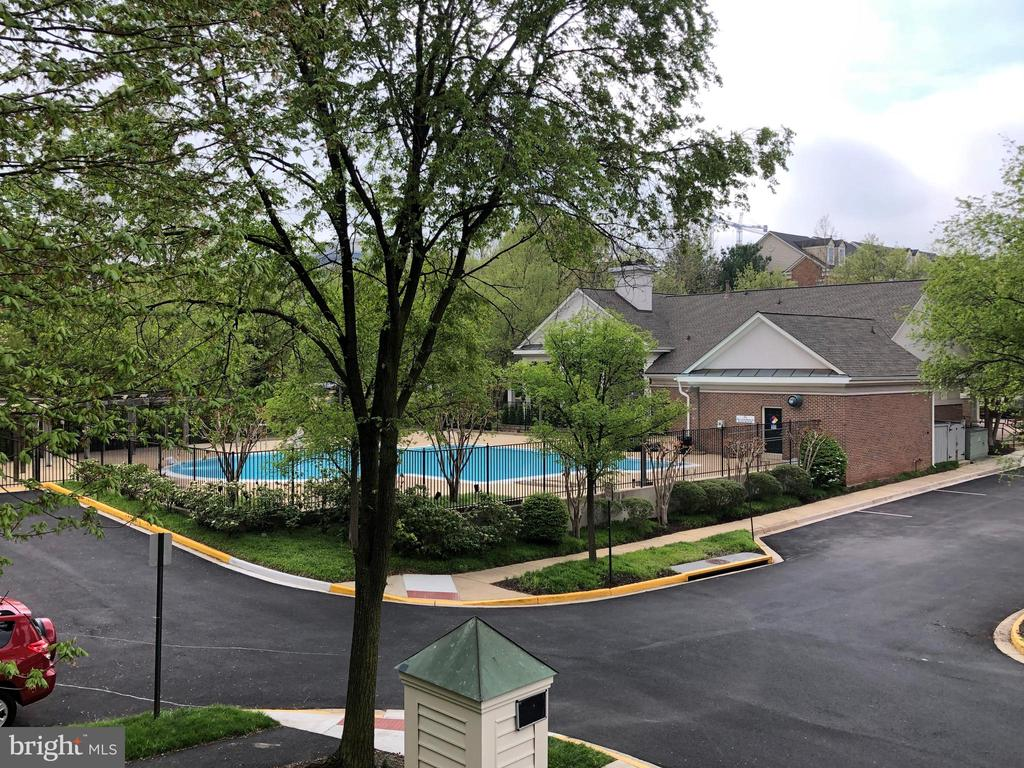 Just steps away from Clubhouse and Swimming Pool! - 1911 LOGAN MANOR DR, RESTON