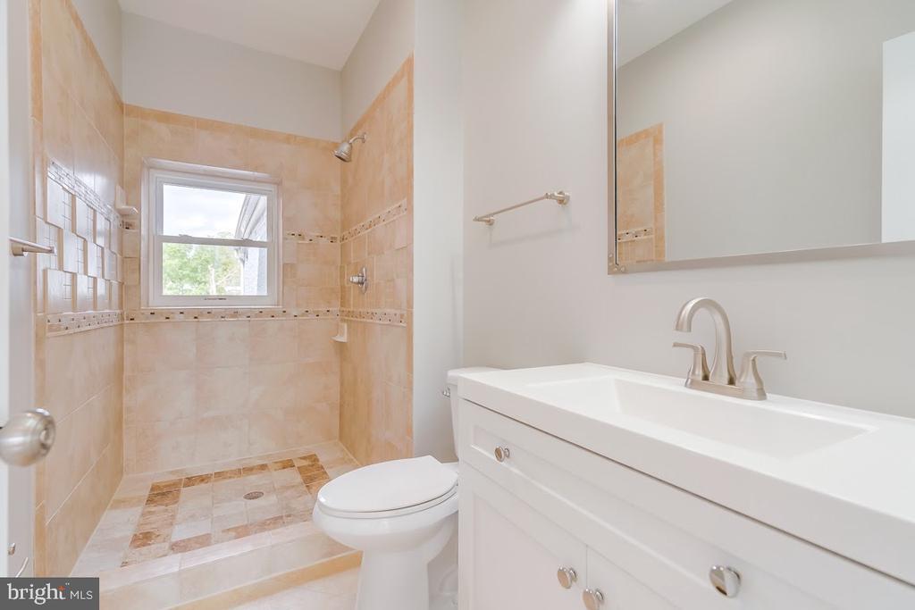 En-suite bath owner~s suite - 1122 6TH ST NE, WASHINGTON