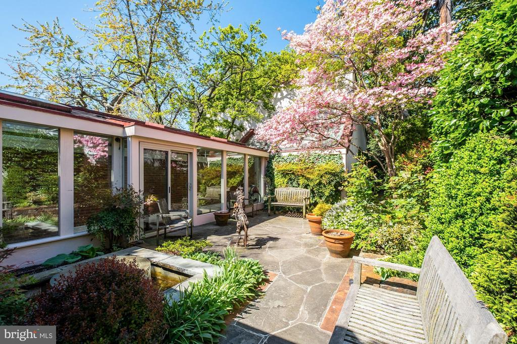 Enchanted gardens! - 529 4TH ST SE, WASHINGTON